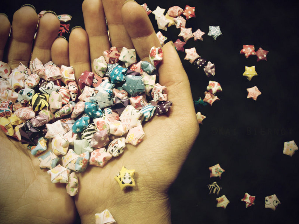 estrellas-de-colores-en-las-manos-50505 Un suspiro.